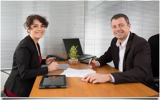 Geschäftspartner im papierfreien Büro