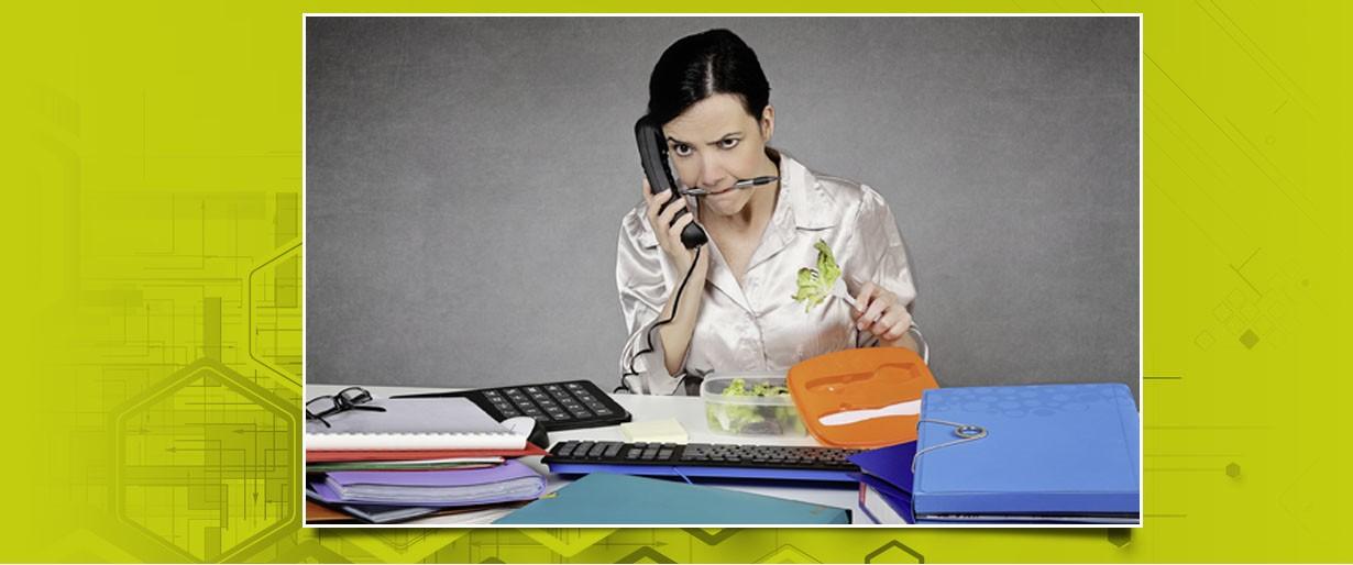 genervte Frau am Schreibtisch